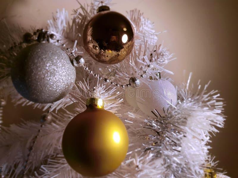 Árbol de navidad blanco, bolas guirnalda de plata, luz de la Navidad, decoración, ideas de la plata del oro de la iluminación imagen de archivo libre de regalías