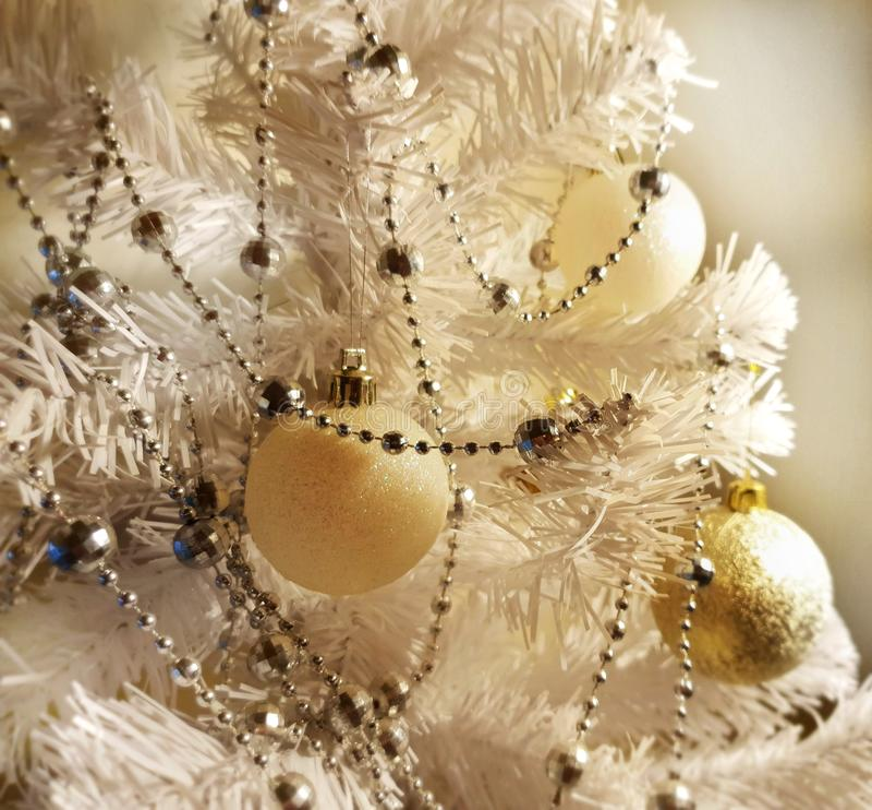 Árbol de navidad blanco con la decoración colorida Elementos del día de fiesta Feliz Año Nuevo fotografía de archivo
