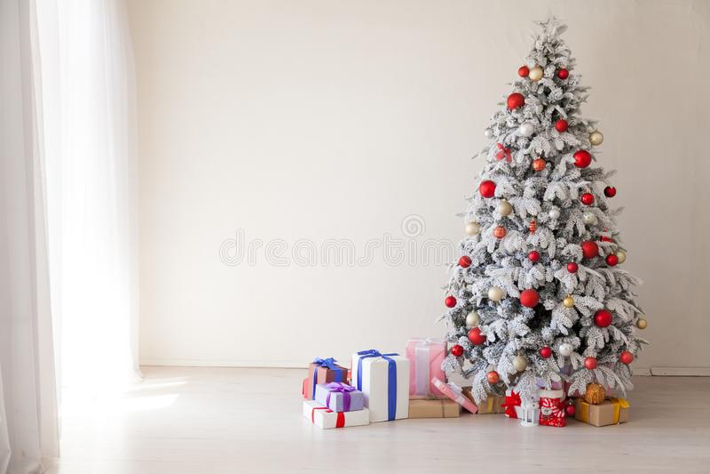 Árbol de navidad blanco con la decoración roja de los regalos del invierno del Año Nuevo de los juguetes imágenes de archivo libres de regalías