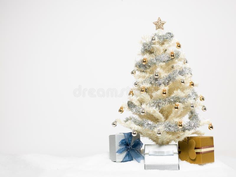 rbol de navidad blanco con los presentes