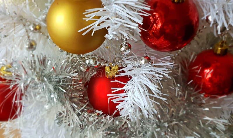 Árbol de navidad blanco, guirnalda roja de plata de la plata de las bolas del oro, luz de la Navidad, decoración, ideas de la ilu fotografía de archivo libre de regalías