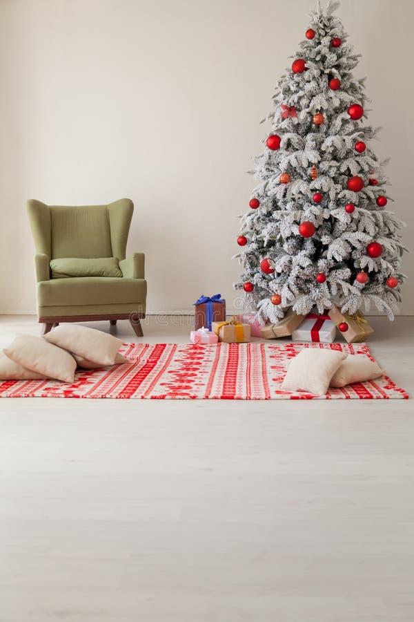 Árbol de navidad blanco interior del día de fiesta con los regalos y las guirnaldas de las decoraciones del Año Nuevo de las luce fotos de archivo