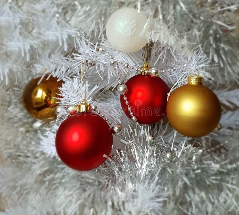 Árbol de navidad blanco, oro, plata, rojo, bolas blancas guirnalda de plata, luz de la Navidad, decoración, ideas de la iluminaci fotos de archivo libres de regalías