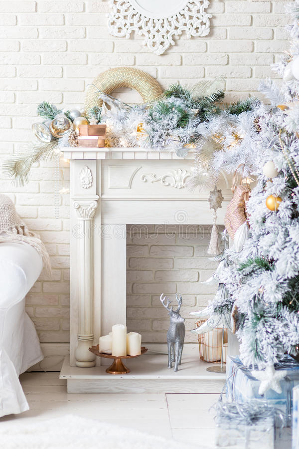 Árbol de navidad brillantemente encendido con las porciones de regalos fotografía de archivo