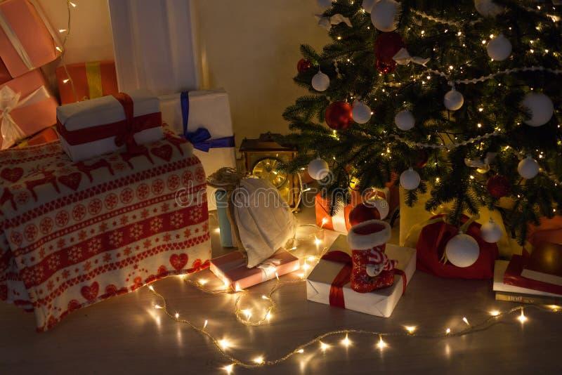 Árbol de navidad casero interior de la Navidad del día de fiesta y guirnalda del Año Nuevo de los regalos fotos de archivo libres de regalías