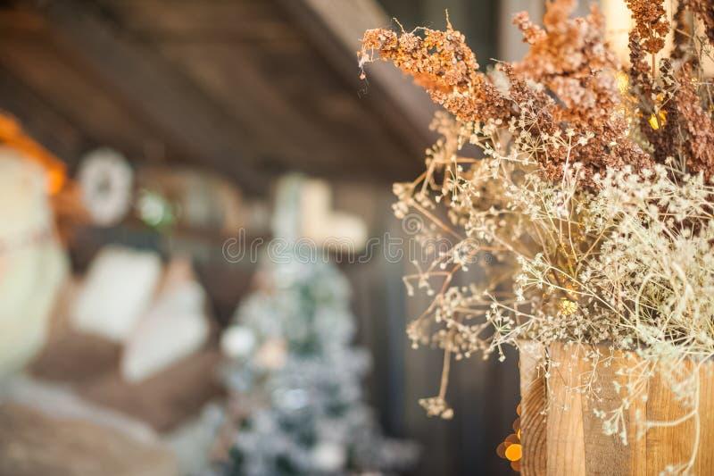 Árbol de navidad cerca de la cama Hierba secada en un florero, defocus, bokeh Dormitorio escandinavo del estilo interior bajo Nav imágenes de archivo libres de regalías