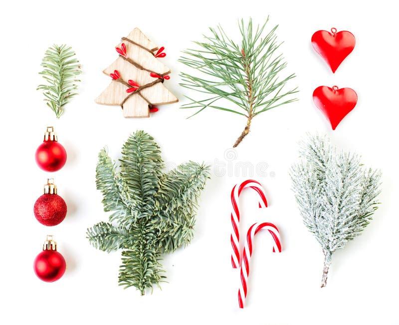 Árbol de Navidad, chucherías de cristal y rama verde del abeto aislados en el fondo blanco Composici?n de la Navidad imágenes de archivo libres de regalías