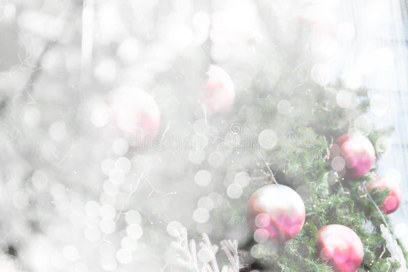 Árbol de navidad con el bokeh blanco fotos de archivo libres de regalías