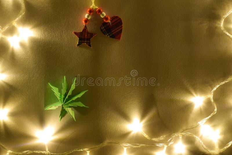 Árbol de navidad con el corazón escocés y estrella en luz caliente amarilla imágenes de archivo libres de regalías