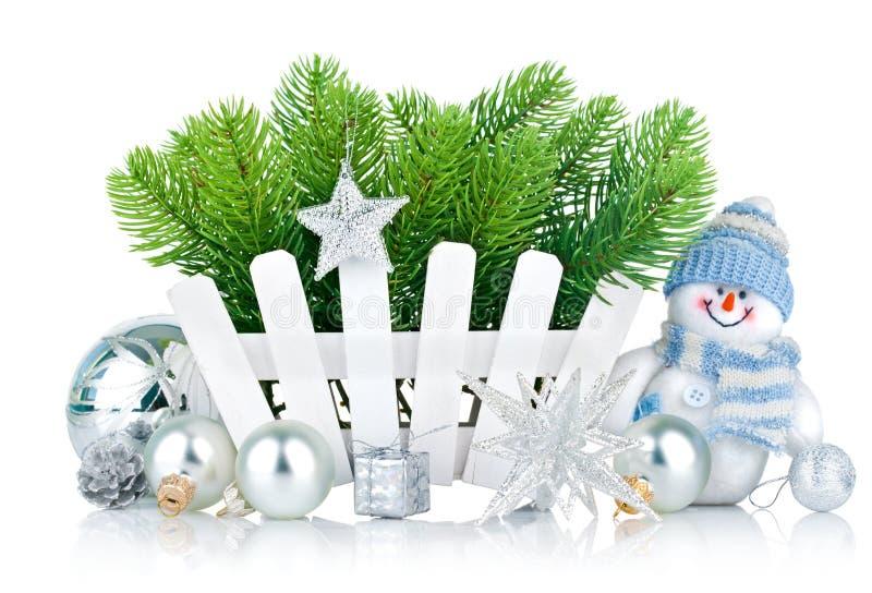 Árbol de navidad con el muñeco de nieve y las bolas plateadas fotografía de archivo libre de regalías