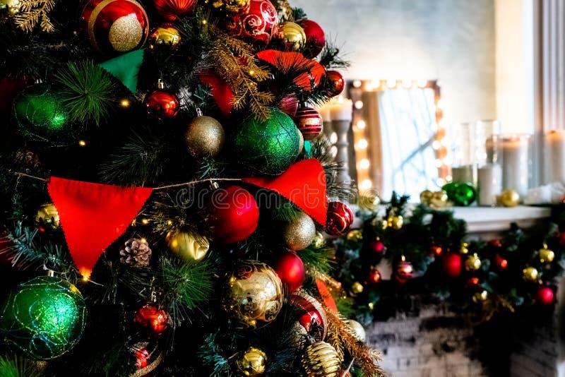 Árbol de navidad con la decoración de la bola con la luz en árbol Fondo del día de fiesta de la Navidad y del Año Nuevo el brilla fotografía de archivo libre de regalías