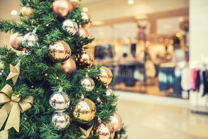 Árbol de navidad con la decoración del oro en alameda de compras imagen de archivo libre de regalías