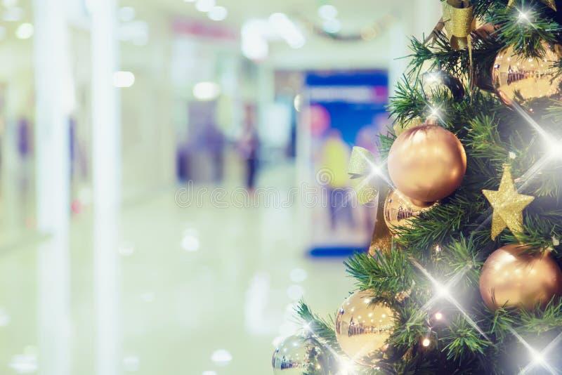 Árbol de navidad con la decoración del oro en alameda de compras fotos de archivo
