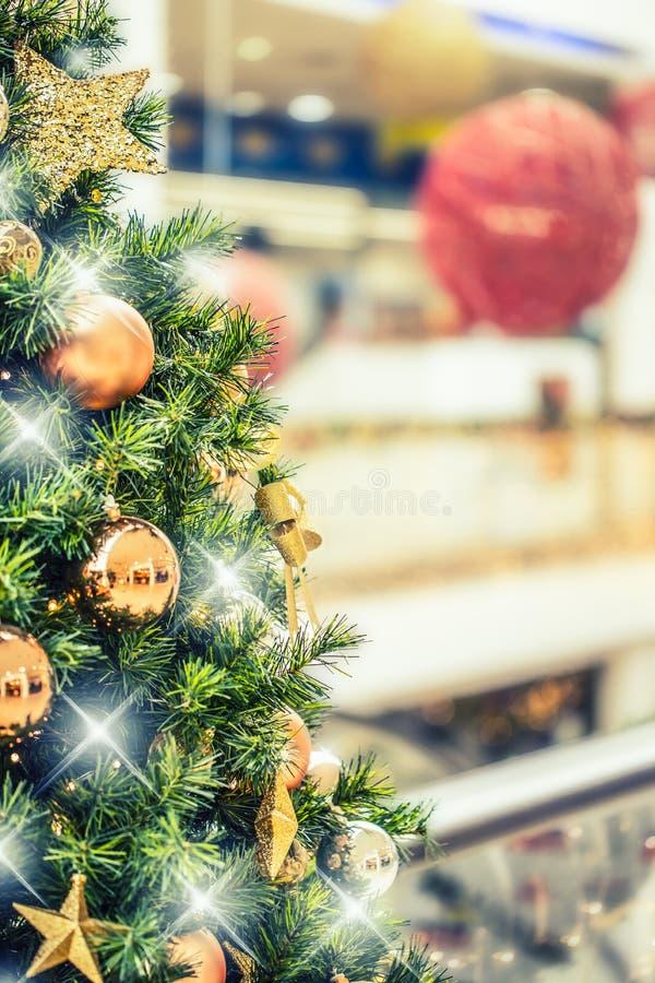 Árbol de navidad con la decoración del oro en alameda de compras foto de archivo libre de regalías