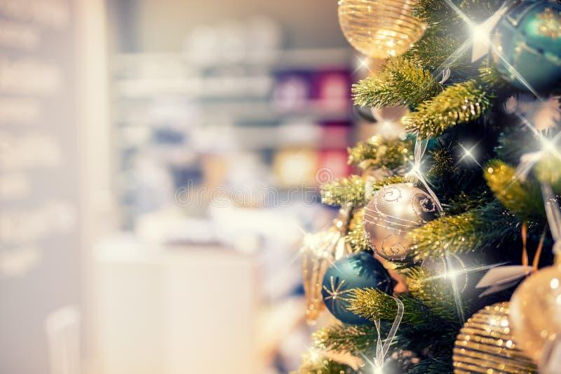Árbol de navidad con la decoración del oro en alameda de compras Liquidaciones de la Navidad en la alameda de compras Árbol de na imagenes de archivo
