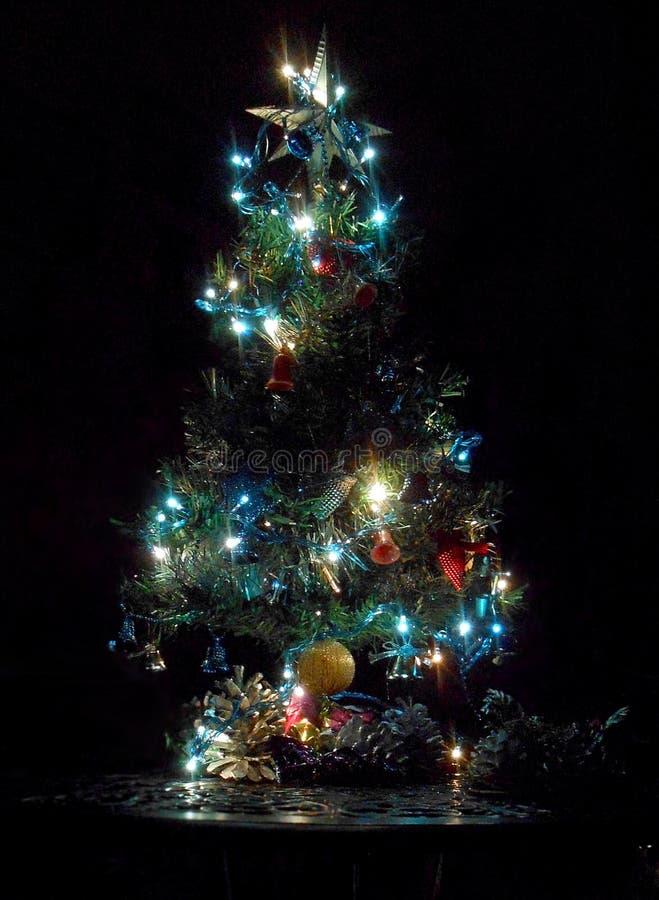 Árbol de navidad con la estrella, el ancor y las campanas imagen de archivo