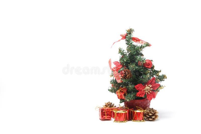 Árbol de navidad con la pila de A de presentes imágenes de archivo libres de regalías
