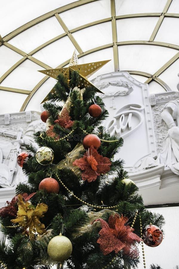 Árbol de navidad con las bolas coloridas fotos de archivo