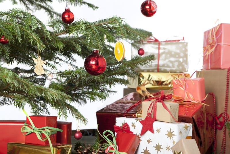 Árbol de navidad con las bolas y los regalos rojos imágenes de archivo libres de regalías