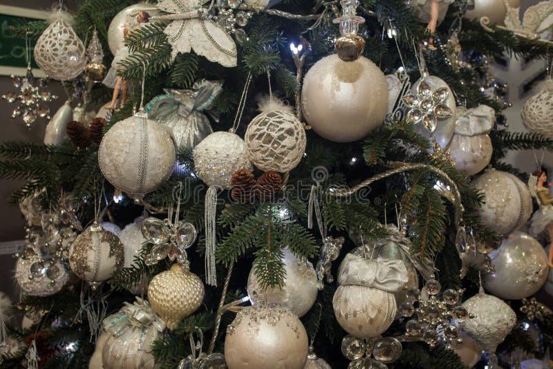 Árbol de navidad con las chucherías y las decoraciones brillantes fotos de archivo
