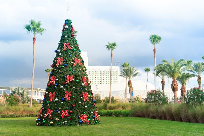 Árbol de navidad con las chucherías y las palmeras en la Florida tropical imagen de archivo libre de regalías