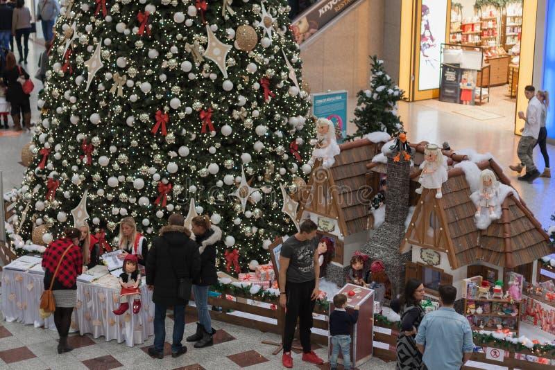 Árbol de navidad con las decoraciones en el centro comercial Olympia imagen de archivo libre de regalías
