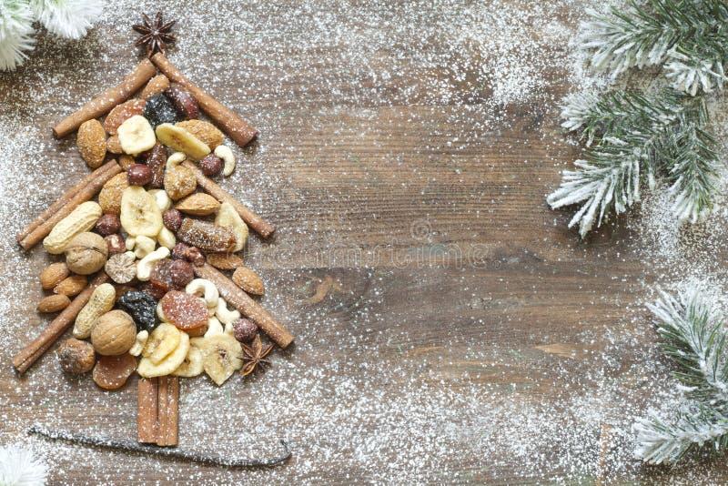 Árbol de navidad con las frutas secadas y el fondo abstracto nuts imagen de archivo libre de regalías