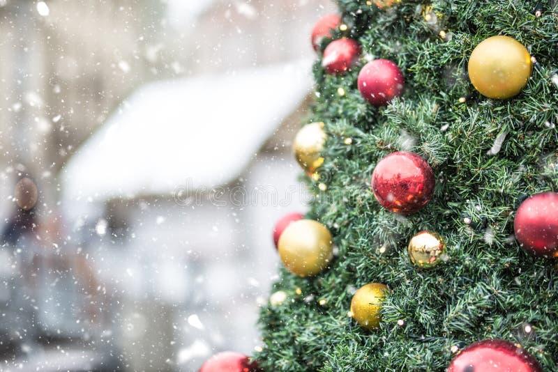 Árbol de navidad con las luces de las bolas en atmósfera nevosa foto de archivo libre de regalías