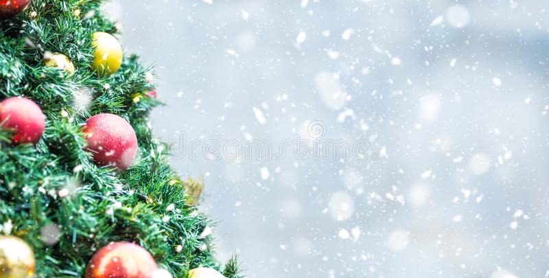 Árbol de navidad con las luces de las bolas en atmósfera nevosa imagen de archivo libre de regalías
