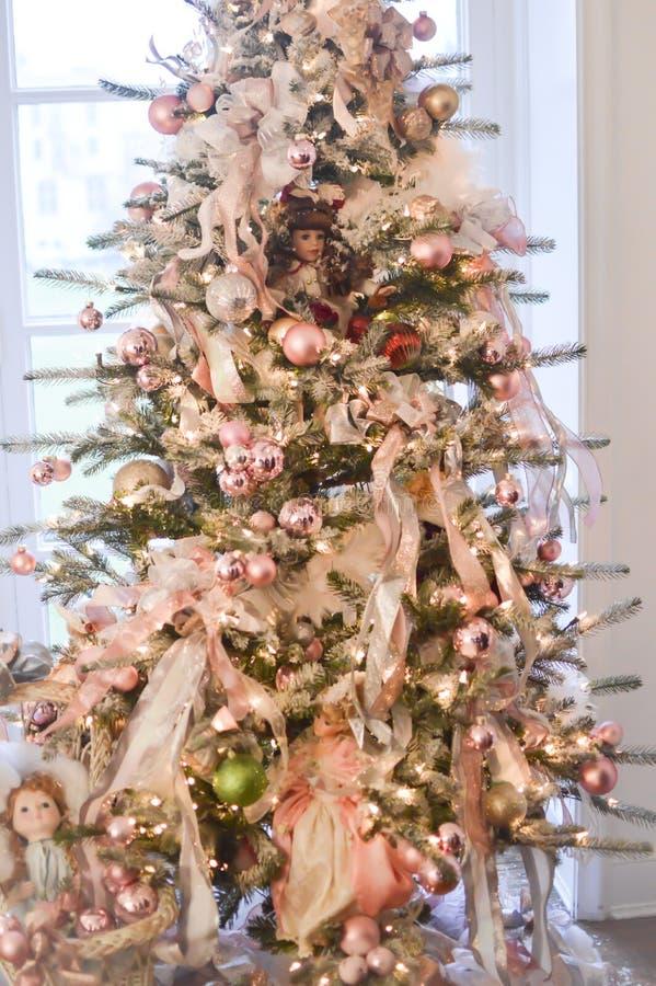 Árbol de navidad con las muñecas de China foto de archivo