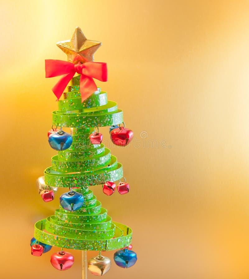 Árbol de navidad con los cascabeles imagen de archivo