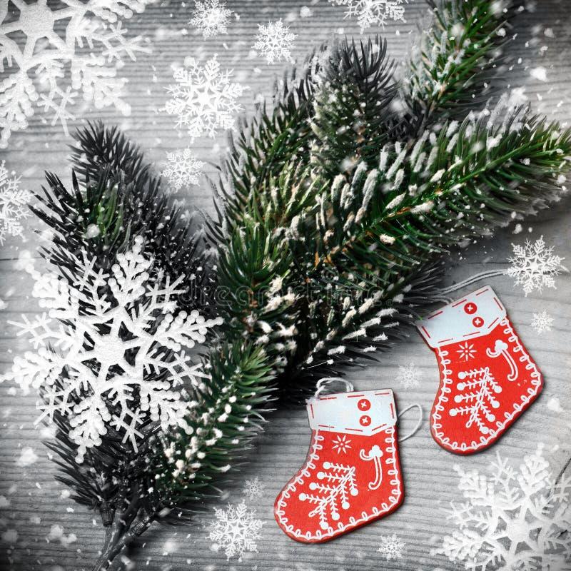 Árbol de navidad con los copos de nieve y las botas de santa fotos de archivo