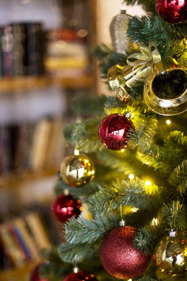 Árbol de navidad con los juguetes de la Navidad foto de archivo