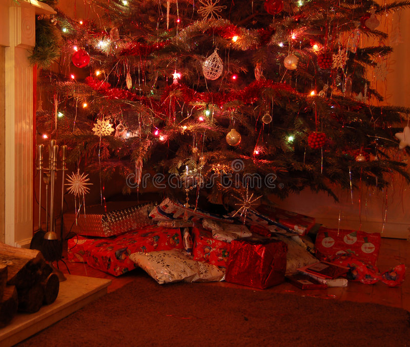 Árbol de navidad con los presentes fotos de archivo libres de regalías