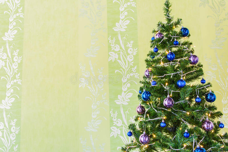 Árbol de navidad con malla y bolas ilustración del vector