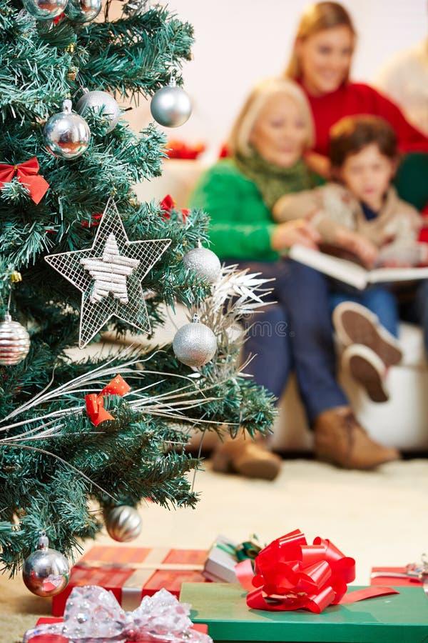 Árbol de navidad con muchos regalos imagen de archivo libre de regalías