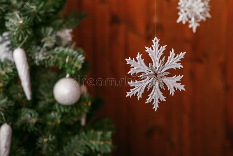 árbol de navidad con un juguete blanco del copo de nieve foto de archivo libre de regalías