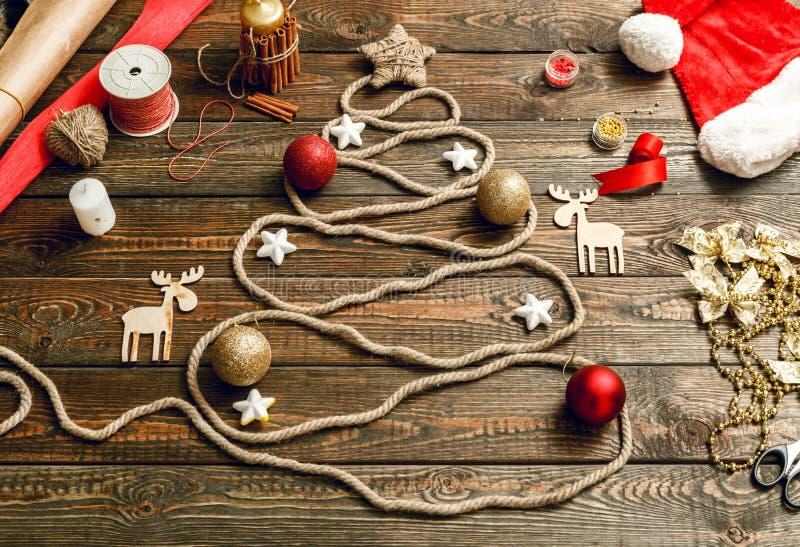 Árbol de navidad creativo en la tabla de madera fotografía de archivo