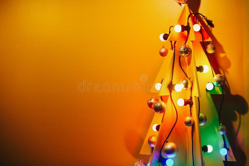 Árbol de navidad creativo Árbol formado de madera alternativo con el Orn imagenes de archivo