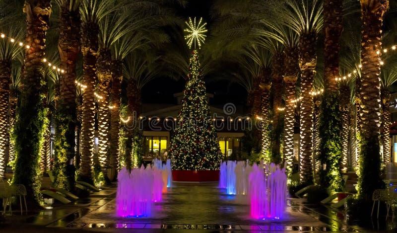 Árbol de navidad de la alameda de compras de Arizona y palmeras encendidas imagen de archivo