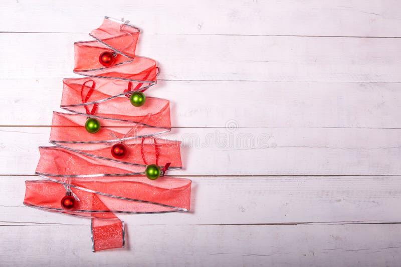 Árbol de navidad de la cinta del regalo con los ornamentos imágenes de archivo libres de regalías