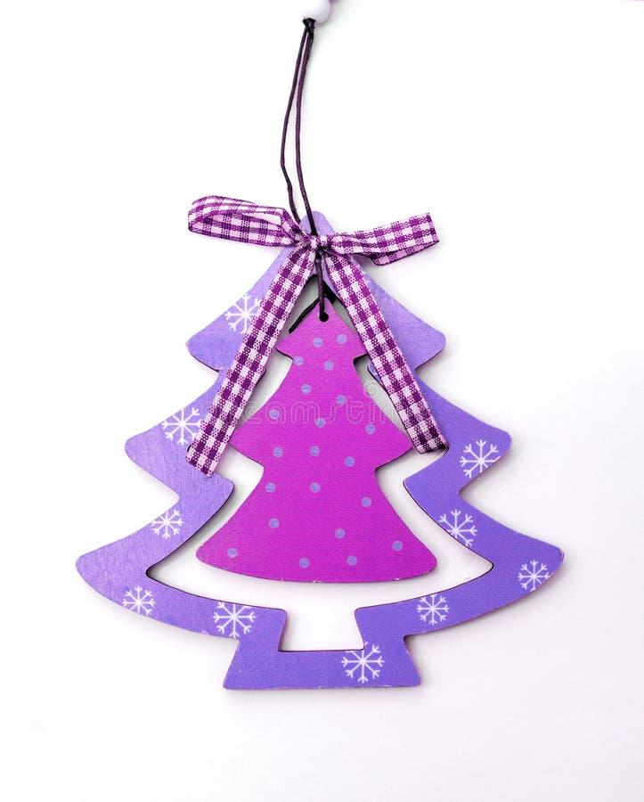Árbol de navidad de las decoraciones de la Navidad en púrpura en un backgr blanco imágenes de archivo libres de regalías