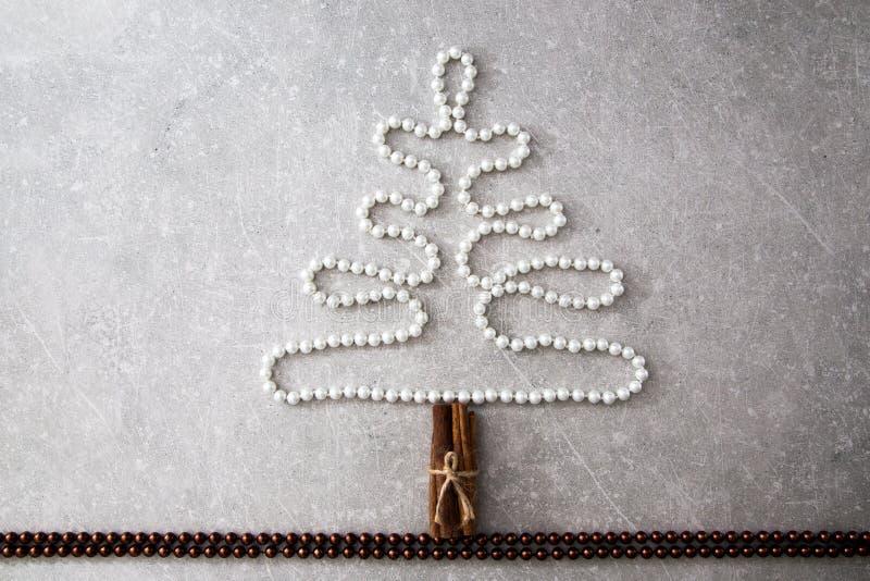 Árbol de navidad de perlas, de palillos de canela y de bolas de la Navidad T foto de archivo libre de regalías