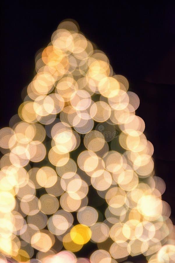 Árbol de navidad de Defcused con las luces borrosas fotos de archivo
