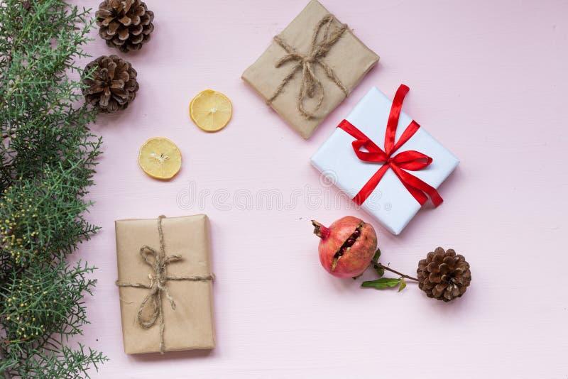 Árbol de navidad del fondo de la Navidad y conos de las nueces de los regalos imágenes de archivo libres de regalías