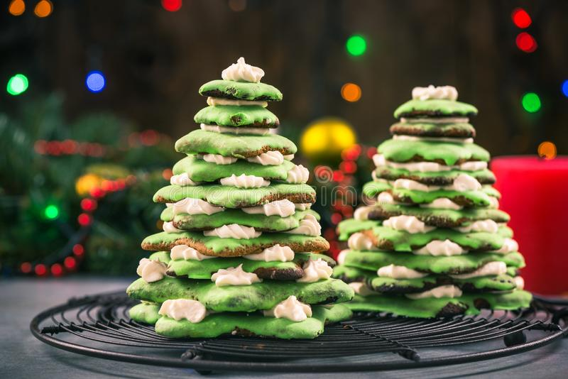 Árbol de navidad del pan de jengibre, decoración festiva de la comida imagenes de archivo