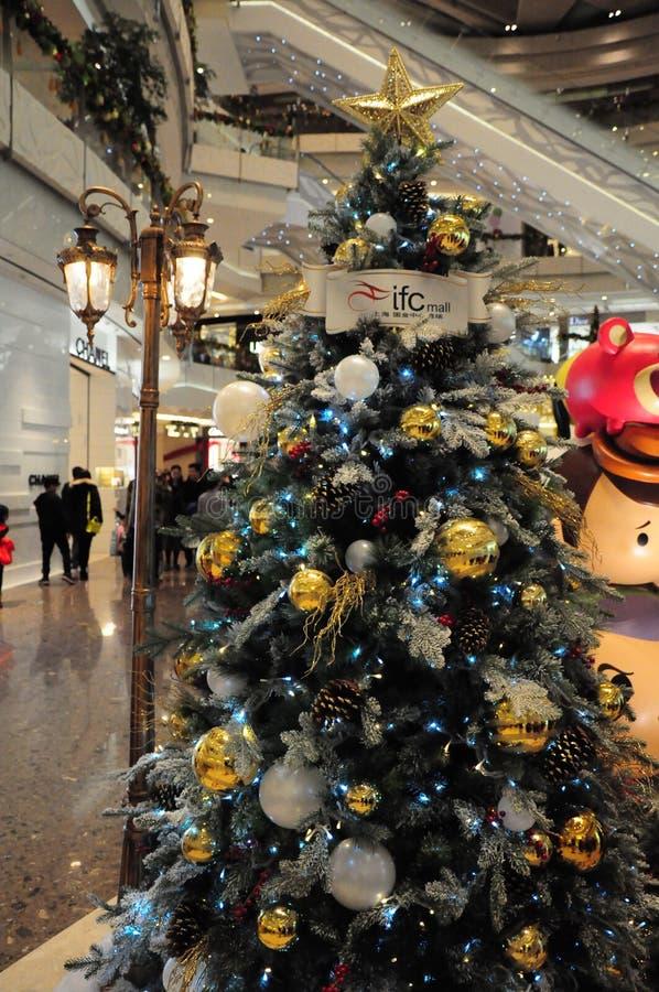 Árbol de navidad dentro de la alameda de Shangai IFC en el distrito financiero Shangai Pudong del lujizui foto de archivo