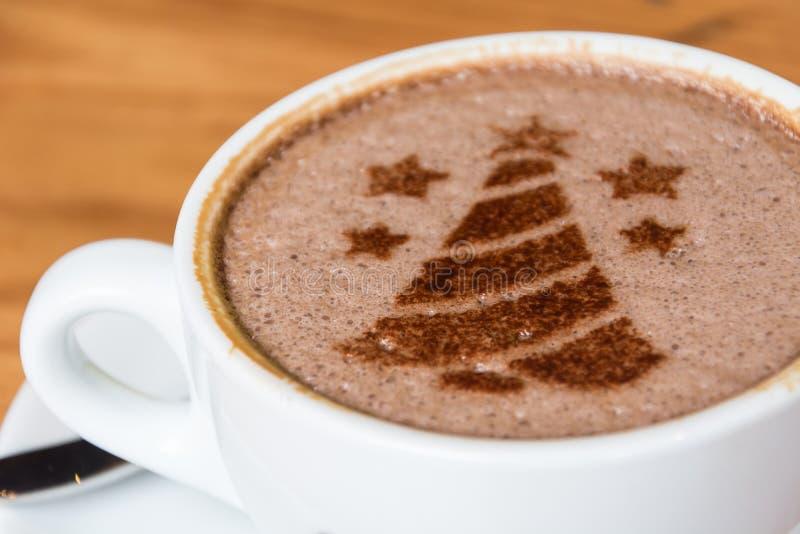 árbol de navidad, dibujando en la taza de café del arte del latte foto de archivo
