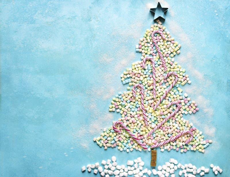 Árbol de navidad dulce abstracto hecho de mini marshmallo colorido fotos de archivo