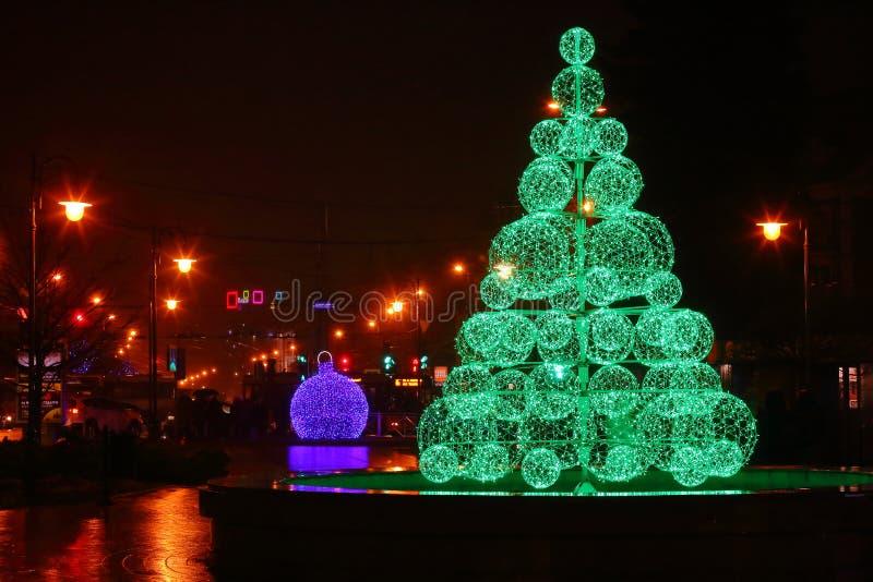 Árbol de navidad eléctrico verde Opinión de las bolas imagenes de archivo